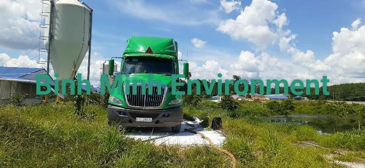 Cung cấp bùn vi sinh trại heo (lợn)-Sử dụng xe chuyên dụng để cấp bùn vi sinh