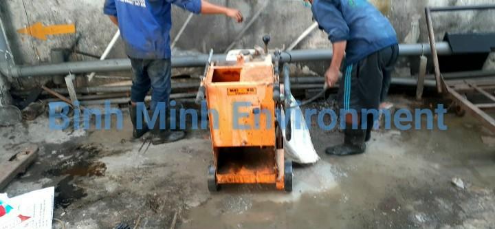 Vệ sinh hệ thống xử lý nước thải - Nhân sự cắt nắp thăm hệ thống thu gom